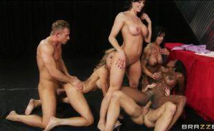 Sexo grupal com às putas do pornô