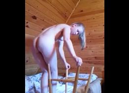 Novinha senta na perna da cadeira