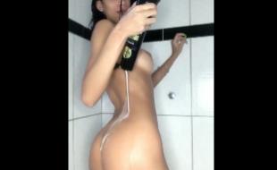 Novinha toda ensaboada de shampoo